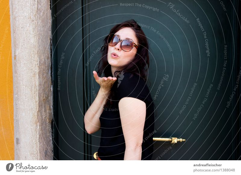 Viva Italia, 03 Lifestyle Ferien & Urlaub & Reisen Ausflug feminin Junge Frau Jugendliche Erwachsene Leben 1 Mensch 18-30 Jahre T-Shirt brünett langhaarig