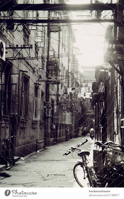 Gassi sehn alt Sonne Fenster Fahrrad Wohnung klein Armut Seil Kabel Asien Häusliches Leben China Röhren Balkon Schwarzweißfoto Motorrad