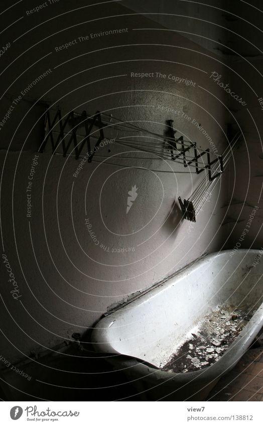 Wäschtrockner Bad schließen Zeit vergessen Handtuch Wäschetrockner Gitter Fenster Licht Lichteinfall dunkel Stimmung trist Holz Sanieren eng Gußeisen Eisen