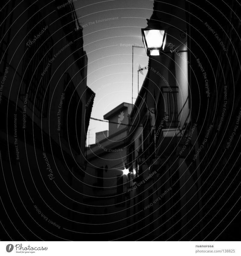 Alley Licht Straßenbeleuchtung Gasse Nachthimmel Großbrand Haus Wand Lampe obskur calle street callejon farol dark oscuro light ocaso Westen alley Lantern