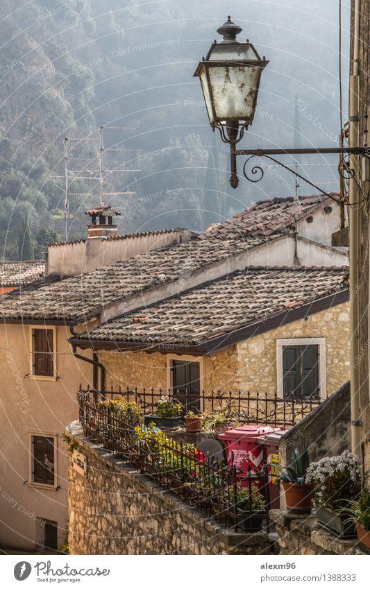 Small village in Italy Stadt alt Landschaft Haus Wand Architektur Mauer authentisch ästhetisch Platz Kirche Armut beobachten Italien historisch Bauwerk