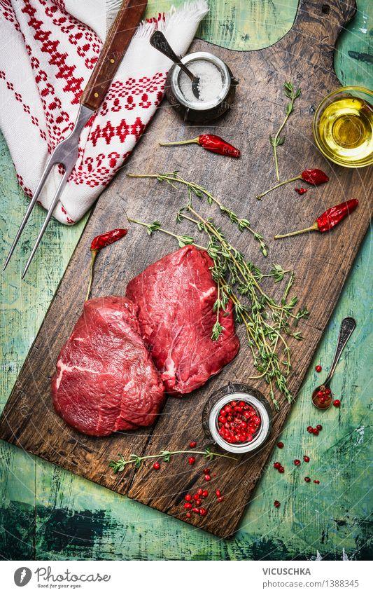 Hüftsteaks auf mit Öl , Kräuter und Gewürze Sommer Gesunde Ernährung Leben Stil Lebensmittel Design Tisch Kräuter & Gewürze Küche Bioprodukte