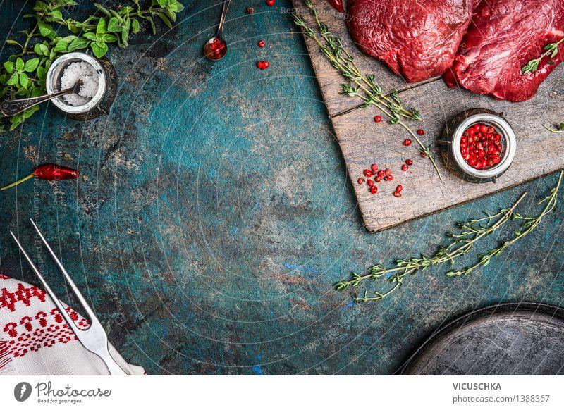 Bio Hüftsteak mit Thymian auf rustikalem Küchentisch Gesunde Ernährung Leben Stil Hintergrundbild Lebensmittel Design Tisch Kochen & Garen & Backen