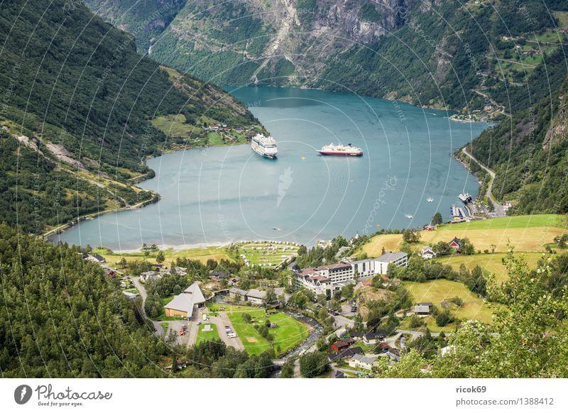 Kreuzfahrschiffe im Geirangerfjord Erholung Ferien & Urlaub & Reisen Kreuzfahrt Berge u. Gebirge Natur Landschaft Wasser Fjord Verkehr Schifffahrt