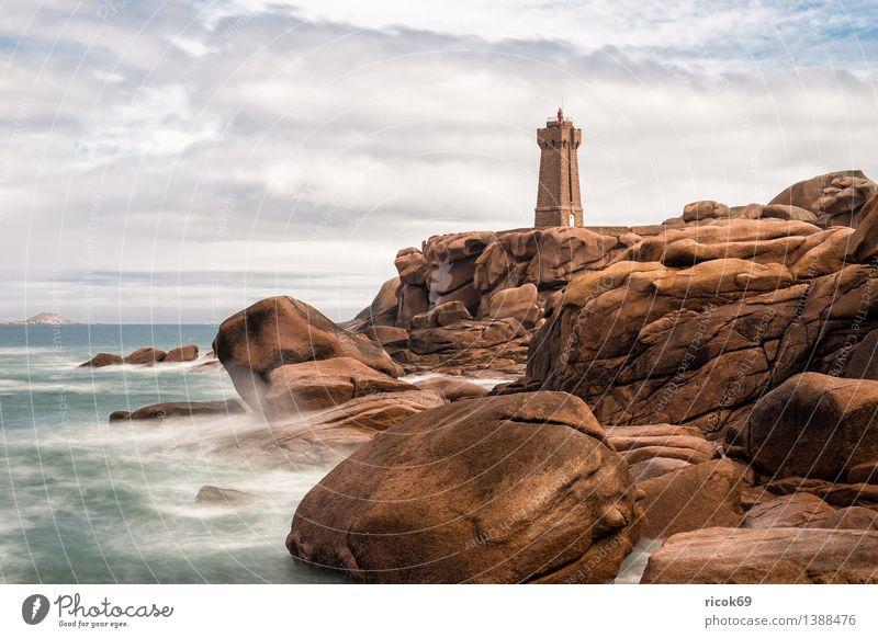 Atlantikküste in der Bretagne Erholung Ferien & Urlaub & Reisen Natur Landschaft Wolken Felsen Küste Meer Leuchtturm Gebäude Architektur Sehenswürdigkeit Stein