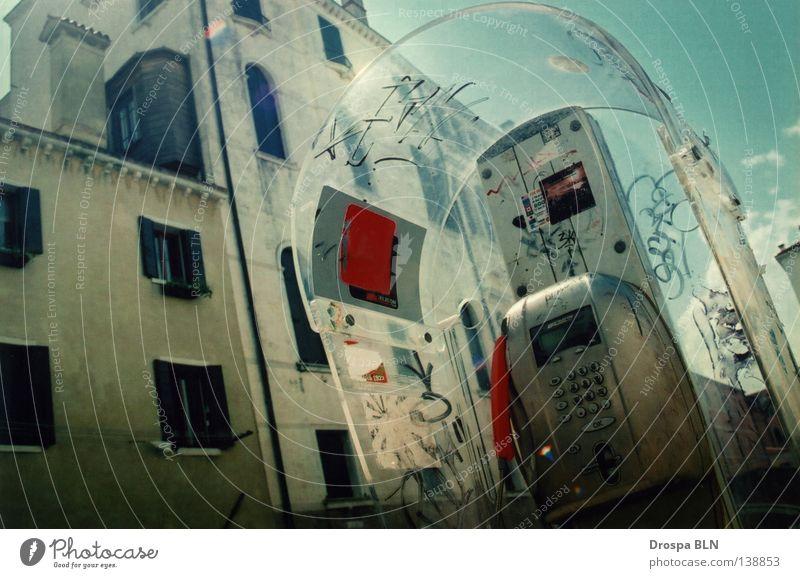 Venezianisches Fernsprechgerät Telefonzelle Open Air Murano Nostalgie dreckig rot zyan Licht liegen Verfall Detailaufnahme Stadt Schönes Wetter verjährt offen