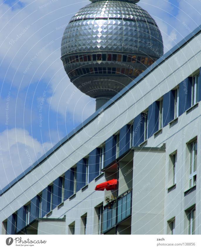 Kugel Earth Stadt Hochhaus Sonnenschirm diagonal UFO Wahrzeichen Denkmal Berlin Berliner Fernsehturm Plattenbau Telespargel Ball