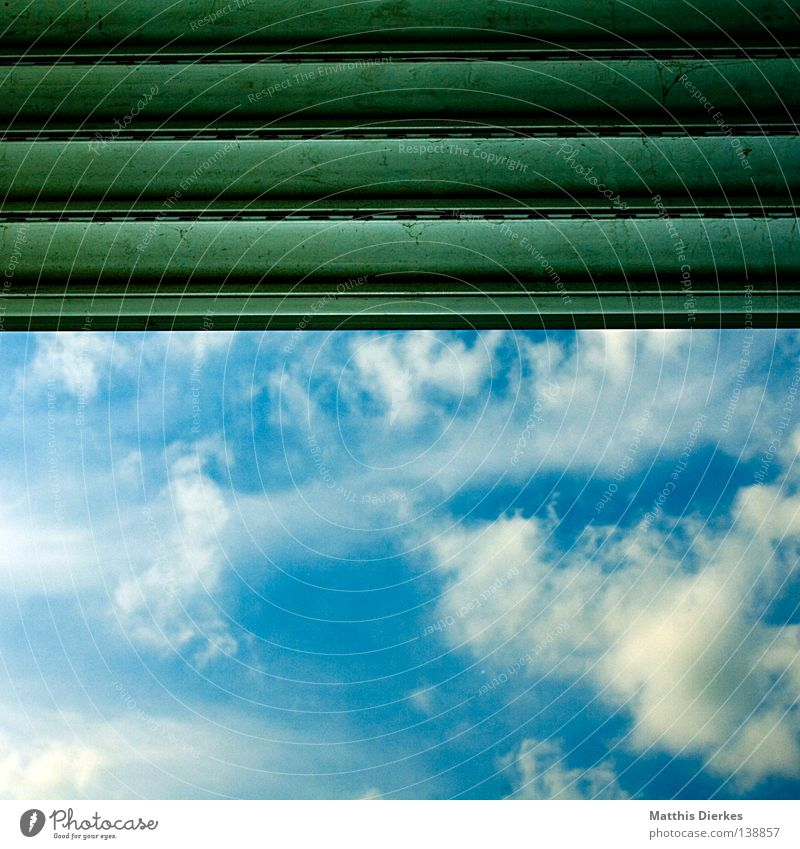 Wolkenfenster Jalousie schlechtes Wetter Markise Sommer sommerlich Blick grün geblitzt Geometrie geschlossen schließen aufmachen offen Haus Häusliches Leben