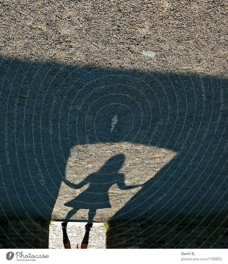 TorWächterin Frau Mensch schwarz dunkel grau klein Stein träumen Beine Angst Arme stehen Bodenbelag bedrohlich Kleid festhalten