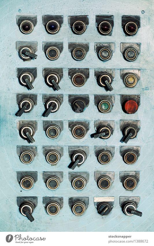 Knöpfe und Schalter Regler Schaltpult Kontrolle elektrisch altehrwürdig verschlissen dreckig industriell mehrere viele hell-blau Grunge grobkörnig veraltet