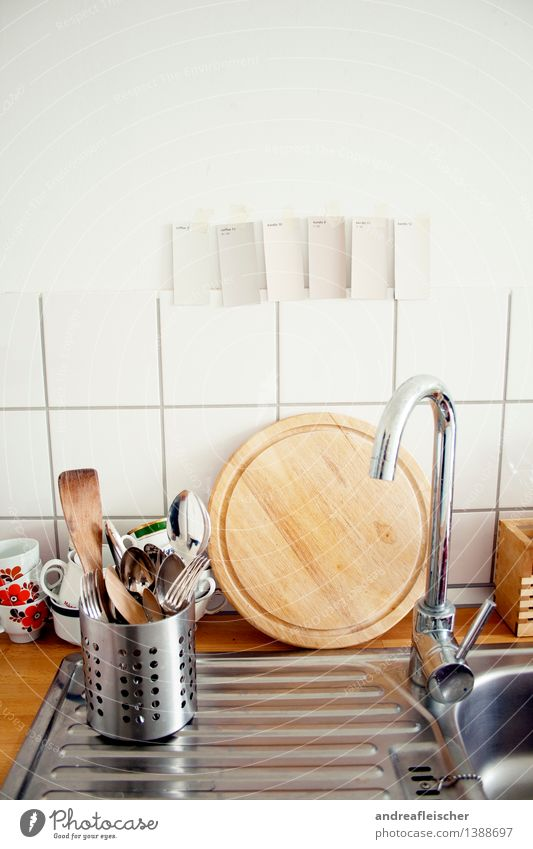 Küchenleben Geschirr Tasse Becher Besteck Gabel Löffel Sauberkeit Wasserhahn modern Geschirrspülen Farbstoff streichen Umzug (Wohnungswechsel) Holzbrett rund