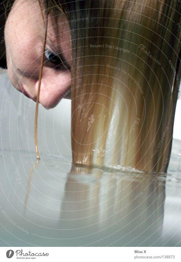 Wasserschaden Farbfoto Gesicht Schwimmen & Baden Kopf blond nass grau Haarsträhne Haarwaschmittel Waschen haarewaschen Wellness Unter der Dusche (Aktivität)