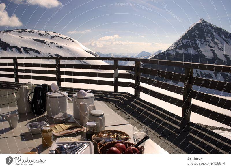 Essen ist fertig! Kommt frühstücken! Winter Wolken Schnee Erholung Berge u. Gebirge Freiheit Zufriedenheit hoch Aussicht Gastronomie Gipfel Balkon Frühstück