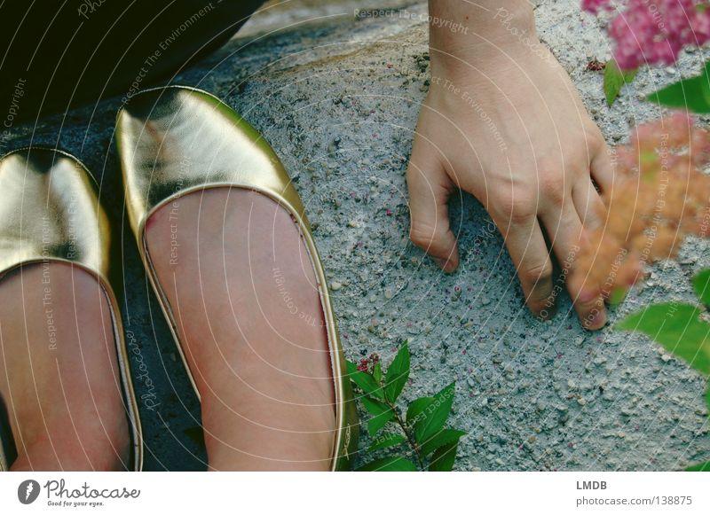 Cindarella und der Prinz an der Mauer Aschenputtel Märchen Schuhe Hand abstützen Traumprinz Mann Frau außergewöhnlich Vogelperspektive Zehenspitze Erwartung