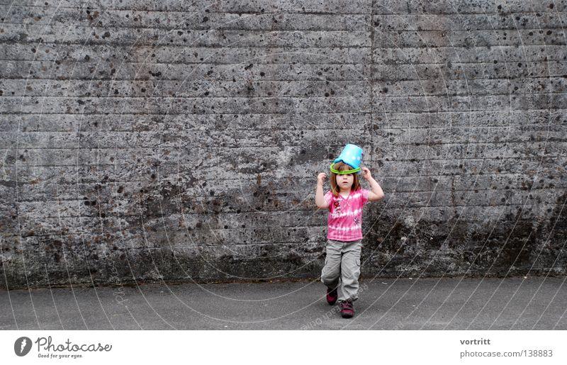 bühne frei Mädchen Kessel Kind Spielen Show Spielzeug bedecken Wand Beton klein Sommer grau gehen gegen klug authentisch schön Freude Mensch Sand Kopf