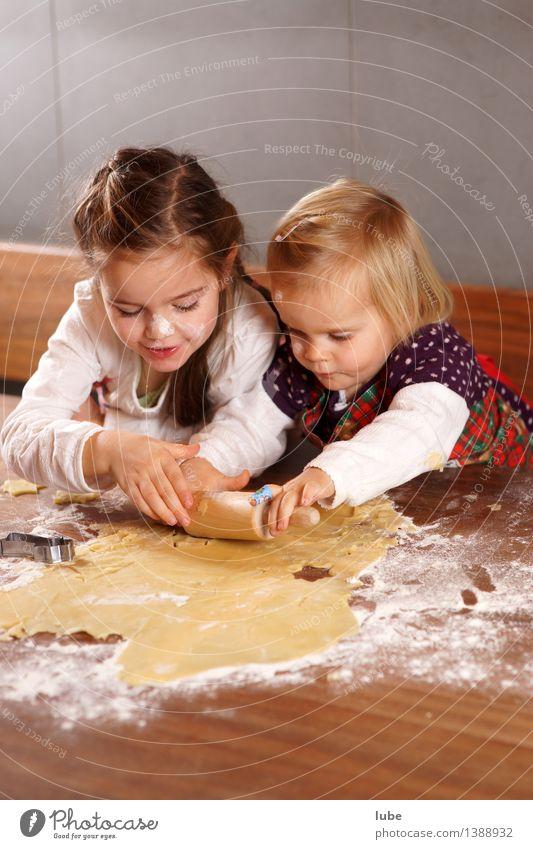 Weihnachtsbäckerei II Weihnachten & Advent Freude Mädchen Glück Lebensmittel Arbeit & Erwerbstätigkeit Zufriedenheit dreckig Kindheit Fröhlichkeit Ernährung