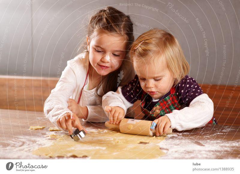 Weihnachtsbäckerei Kind Weihnachten & Advent Freude Mädchen Essen Glück Lebensmittel Zusammensein Arbeit & Erwerbstätigkeit Zufriedenheit dreckig Kindheit Fröhlichkeit Ernährung Küche Zusammenhalt