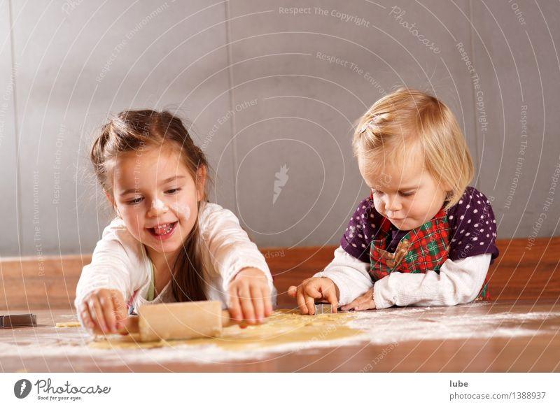 Weihnachtsbäckerei III Weihnachten & Advent Gesunde Ernährung Freude Mädchen Lebensmittel Arbeit & Erwerbstätigkeit Zufriedenheit Kindheit Brot Backwaren