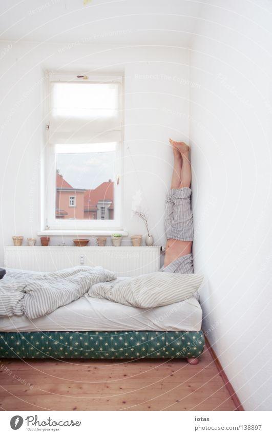 ÄÄ Mann ruhig lustig Raum Wohnung maskulin außergewöhnlich schlafen stehen Ecke Bett Konzentration Meditation Yoga Schlafzimmer Kopfstand
