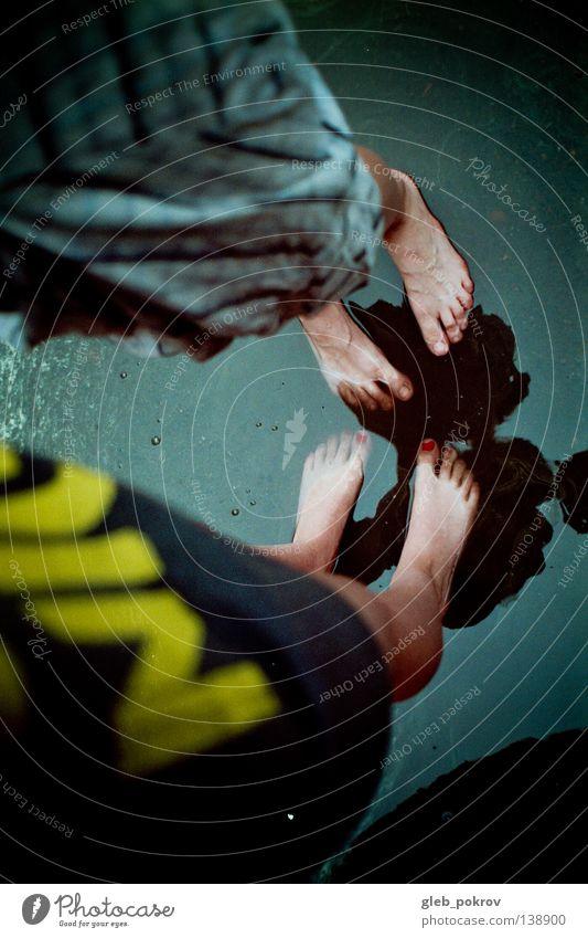 liquid. Jugendliche Wasser Hand Straße Spielen springen Beine träumen Kunst fliegen Bekleidung Asphalt Filmindustrie Kitsch trashig Russland