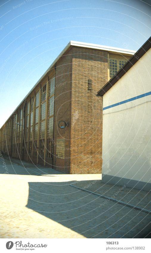 DRESDEN Haus Gebäude Schatten weiß rein Gelände verfallen Uhr Himmel Industrie blau anonym Klarheit clear Einsamkeit sky Architektur