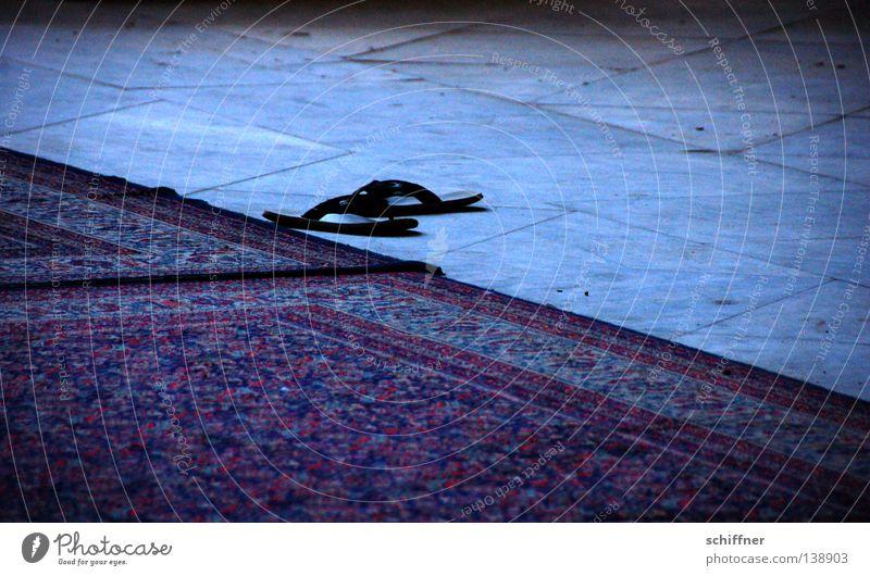 Latschen Schuhe Denkmal Wahrzeichen Gebet Teppich Islam entkleiden Moschee Granit saugen Flipflops Hauskatze Schlappen Perserkatze Freitagsgebet