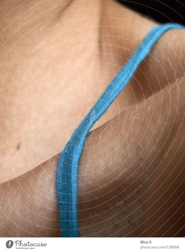 Kleiderständer Frau blau Erwachsene braun Haut Stoff Falte 18-30 Jahre dünn Schulter Hals Skelett Träger Schlüsselbein