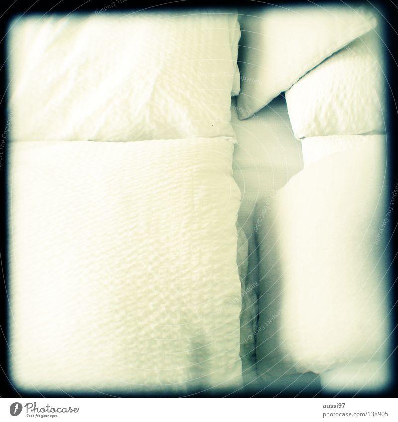 Saturday, 6.00 am Erholung schlafen Bett Konzentration analog Möbel Tiefenschärfe Bettwäsche Raster Kissen Bettlaken Schlafzimmer Sucher schemenhaft Brennpunkt Lichtschacht