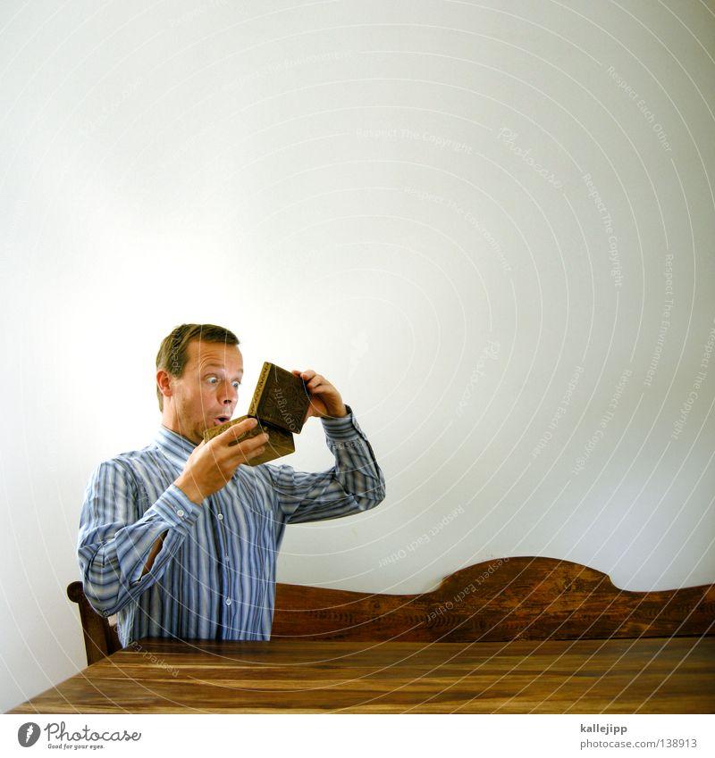 dein foto wurde bestätigt 1 Mensch einzeln Ein Mann allein Erwachsener Mann mittleren Alters 30-45 Jahre Spießer Überraschung Schatztruhe Textfreiraum oben
