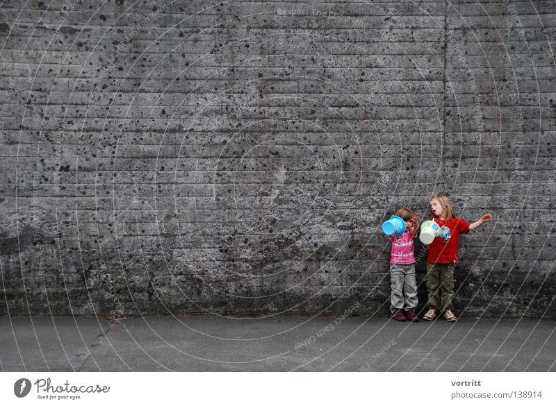 bühne frei II Mensch Kind Mädchen schön Sommer Freude sprechen Wand Spielen grau Sand klein Beton frei stehen authentisch