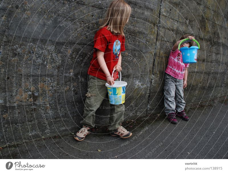 bühne frei III Mädchen Kessel synchron Verschiedenheit unten Zusammensein gegen leer Kind Spielen Show Spielzeug Wand Beton sprechen klein Sommer grau stehen