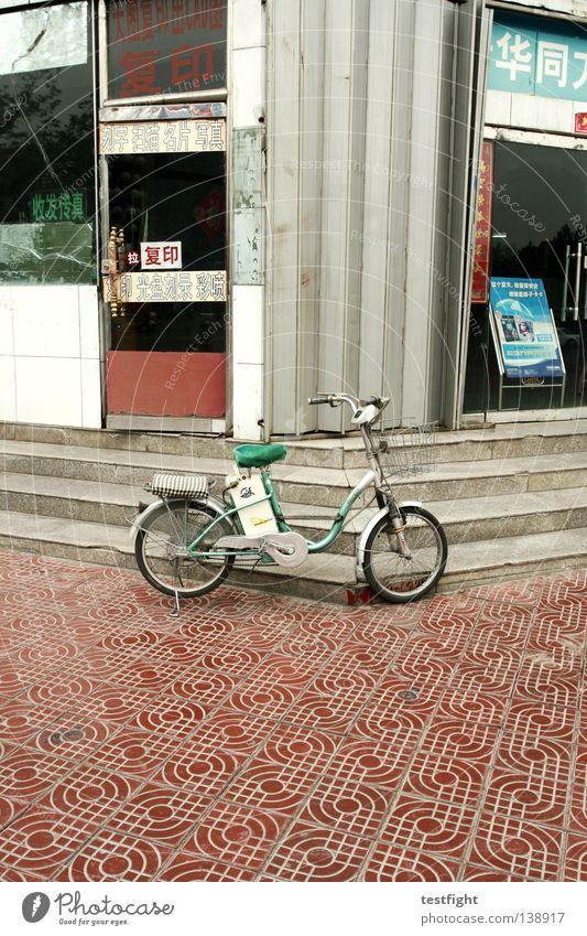 mofa Stadt Fahrrad Treppe Kreativität Asien China Ladengeschäft parken seltsam elektronisch Benzin Verkehrsmittel interessant Fußgängerzone Maschine