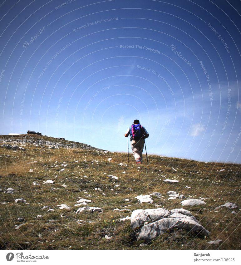 I'm Walking, yes I do Himmel Mann blau Ferien & Urlaub & Reisen Sommer Erwachsene Ferne Wiese Berge u. Gebirge Sport Schnee Spielen Gras Wege & Pfade Freiheit