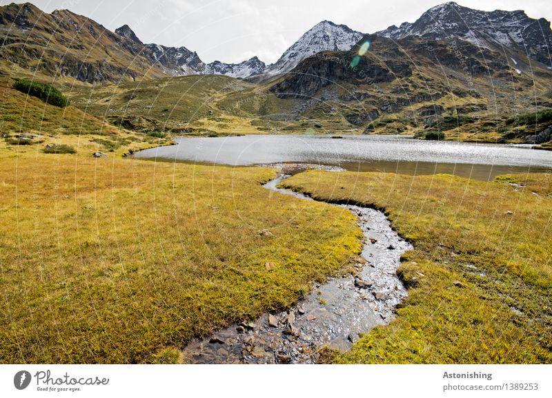 Zufluss zum Gebirgssee I Umwelt Natur Landschaft Pflanze Erde Wasser Himmel Wolken Horizont Herbst Wetter Gras Sträucher Wiese Hügel Felsen Alpen