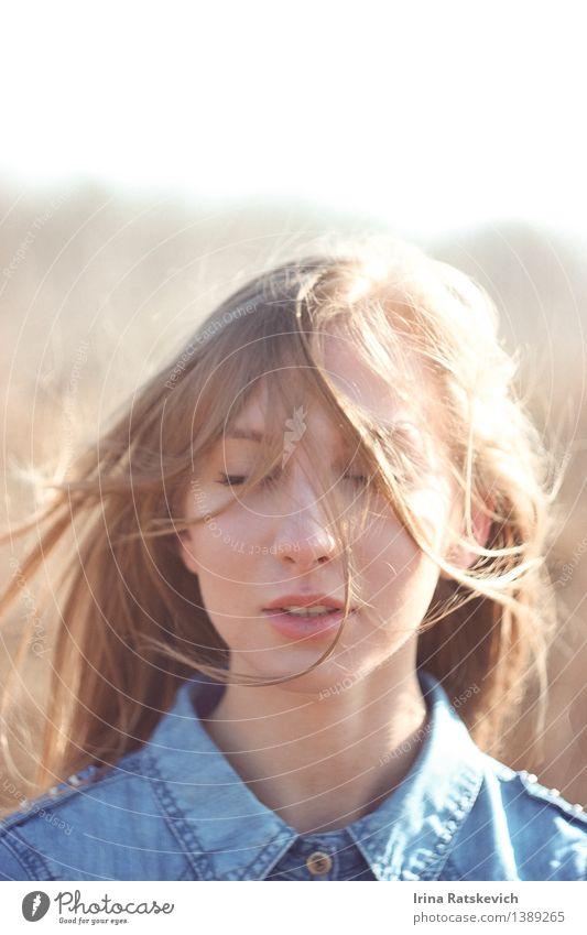 3 Junge Frau Jugendliche Kopf Haare & Frisuren Gesicht Lippen 1 Mensch 18-30 Jahre Erwachsene Mode T-Shirt Jeanshose blond Denken entdecken fliegen Lächeln