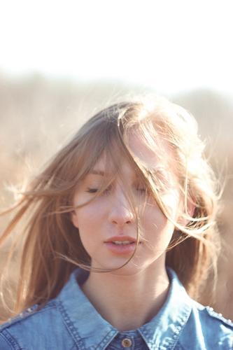 Mensch Jugendliche schön Junge Frau 18-30 Jahre Gesicht Erwachsene Traurigkeit Denken Haare & Frisuren fliegen Kopf Mode träumen frisch frei