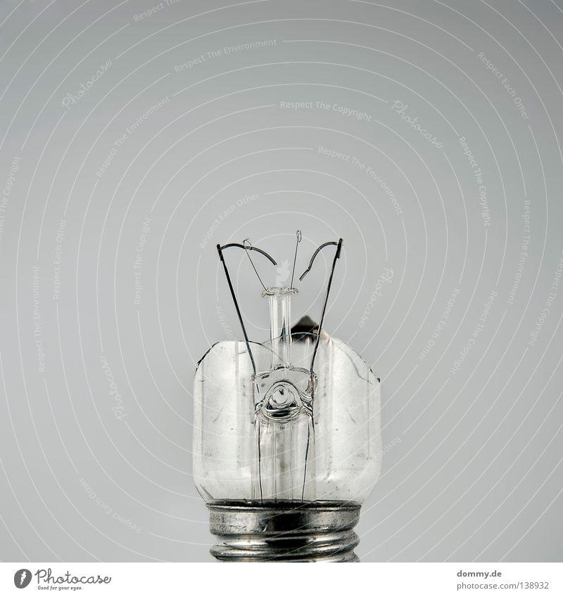turn off weiß dunkel grau Lampe Energiewirtschaft Elektrizität kaputt Technik & Technologie silber Verzweiflung Draht Zerstörung Haushalt Verlauf Splitter