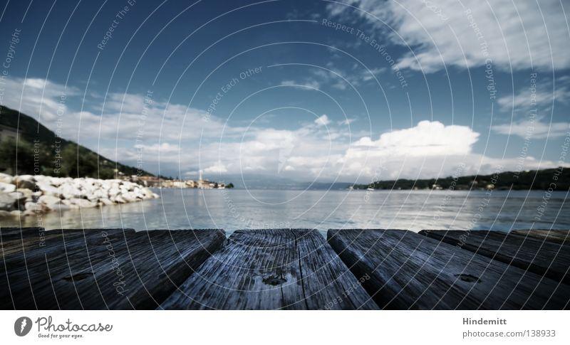 Salò – Träumen. Gardasee Wolken Steg Holz Schiffsplanken dunkel Hügel schlechtes Wetter Trauer Ferien & Urlaub & Reisen Besucher Tourist Tourismus Weitwinkel