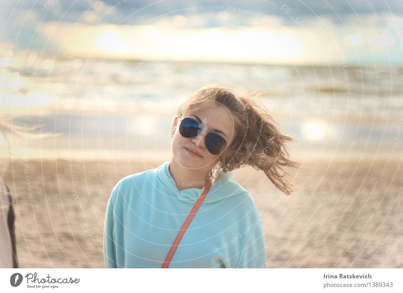4 Junge Frau Jugendliche Körper Kopf Haare & Frisuren 1 Mensch 18-30 Jahre Erwachsene Natur Landschaft Schönes Wetter Wellen Ostsee Meer Mode Bekleidung