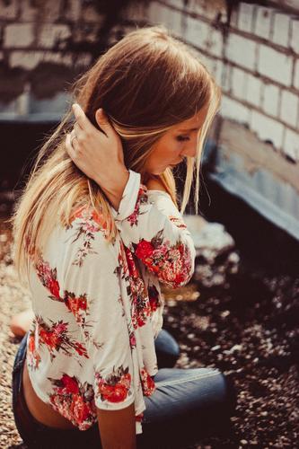 Mädchen auf dem Dach Junge Frau Jugendliche Körper Haare & Frisuren Hand 1 Mensch 18-30 Jahre Erwachsene Sommer Kleinstadt Stadt Haus Mauer Wand Mode Bekleidung