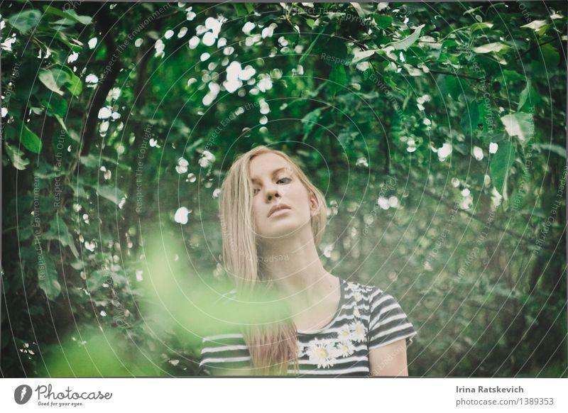 Frühling im Wald Junge Frau Jugendliche Körper Kopf Haare & Frisuren Gesicht 1 Mensch 18-30 Jahre Erwachsene Natur Landschaft Pflanze Baum Blatt Mode Bekleidung