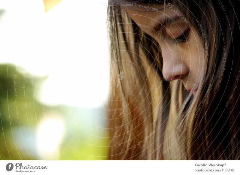 Träumerei. Mensch Kind schön Sonne Mädchen Sommer Gefühle Haare & Frisuren Kindheit Zufriedenheit Nase authentisch brünett Momentaufnahme Rahmen frech