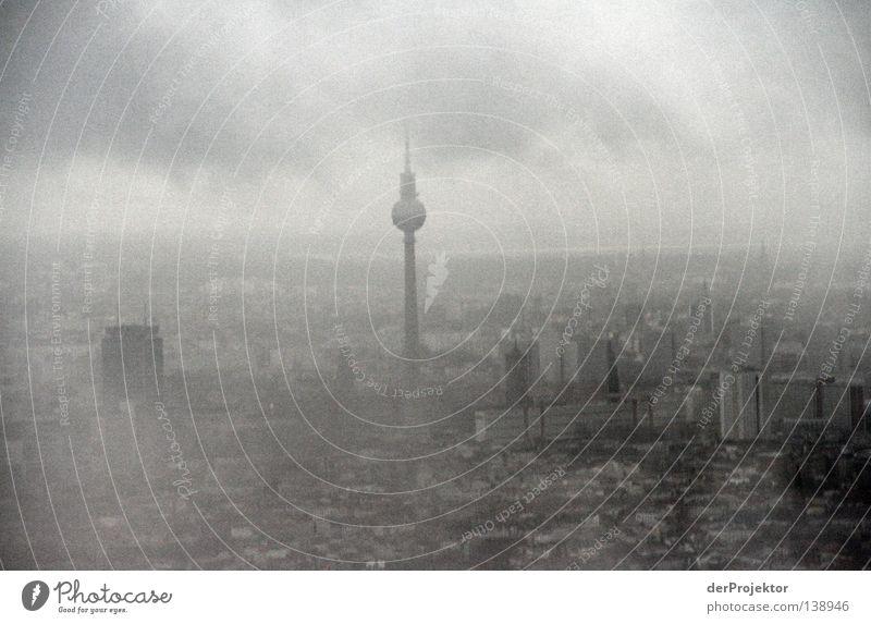 Dem Untergang geweiht Stadt grau untergehen schlechtes Wetter Wahrzeichen Denkmal Berlin Berliner Fernsehturm Alex Skyline Ende Ende Gelände Himmel