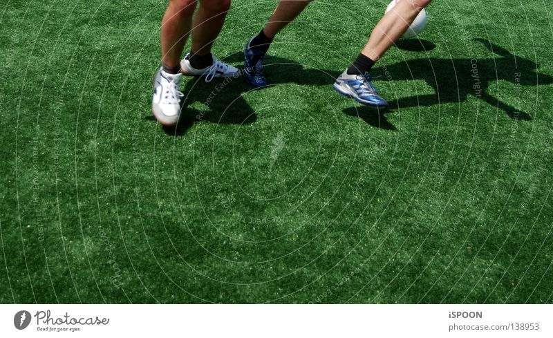 Nurmi I Mensch grün Sport Spielen Fuß Kraft Haut Fußball Ball Rasen Strümpfe Halm kämpfen anstrengen Muskulatur Sportler