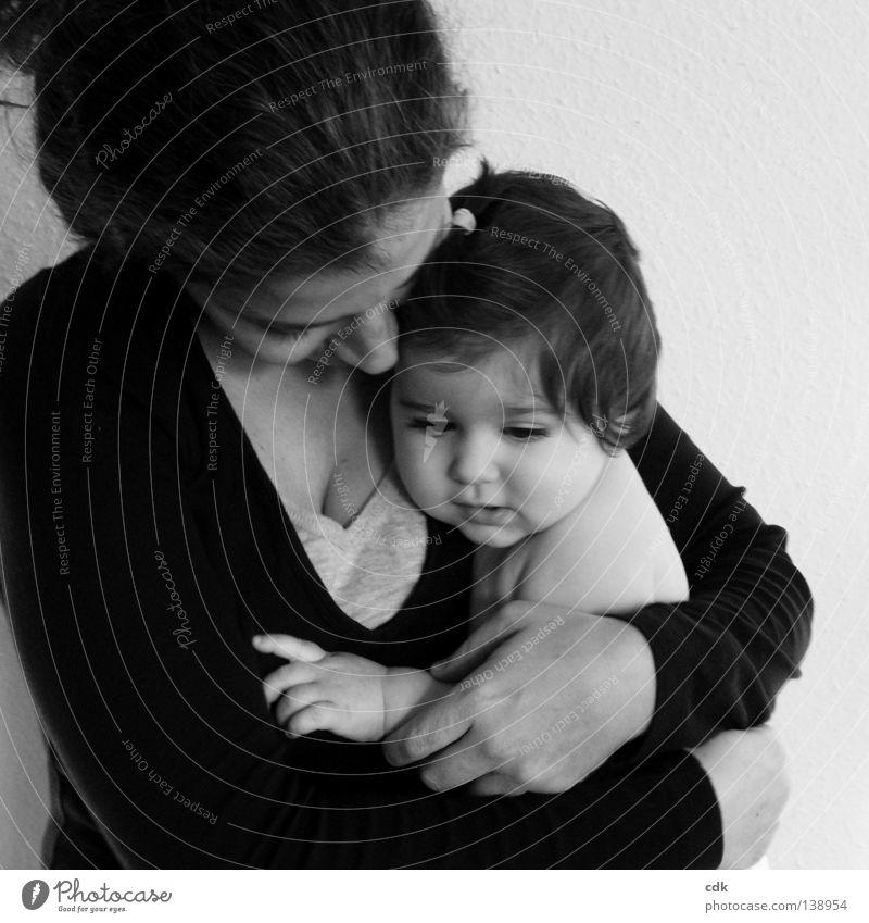 sich nah sein. Frau Mensch Kind ruhig Liebe Leben sprechen feminin Gefühle Familie & Verwandtschaft Baby Eltern Stimmung Zusammensein Mutter
