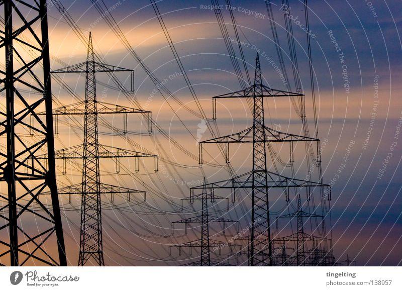 wir sind viele Strommast Oberleitung Dämmerung Wolken Schliere gelb schwarz Detailaufnahme Kabel Linie Abend Himmel blau orange Strukturen & Formen