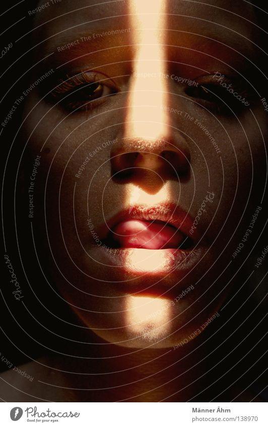 Und Die Augen Strahlen Lust. Frau schön Sonne Gesicht gold glänzend Mund Nase Streifen niedlich Lippen rein Kosmetik Schminke Strahlung