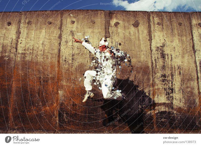 KÖNIGSKLASSE Mensch Himmel Mann blau Hand weiß Sommer Freude Wand grau springen Party Stil Mauer lustig Horizont