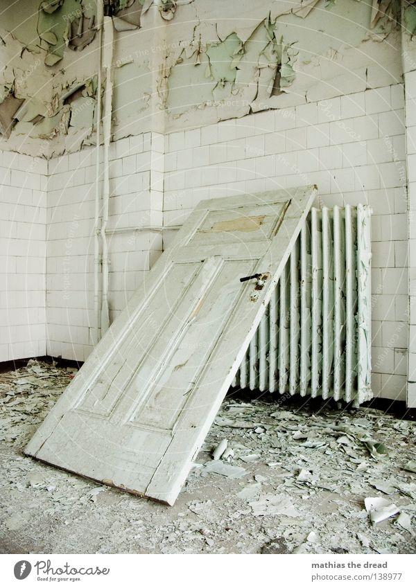 SCHRÄGE Griff aufmachen schließen Heizkörper kalt Raum Putz Bauschutt verfallen leer Fenster Keramik Waschhaus Wohnzimmer Waschsalon Seife Sauberkeit