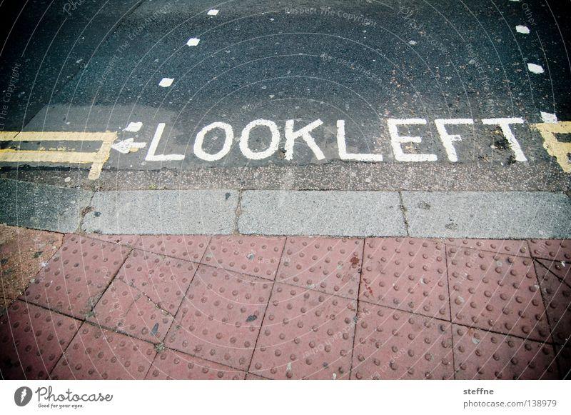 LOOK LEFT Stadt Straße Schilder & Markierungen Verkehr gefährlich bedrohlich schreiben Verkehrswege Warnhinweis Tourist England Australien Fußgänger Übergang